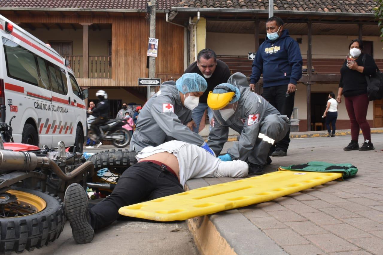 WhatsApp Image 2021 06 10 at 2.19.25 PM - Agentes Civiles de Tránsito apoyan en rescate de un adulto mayor en las calles